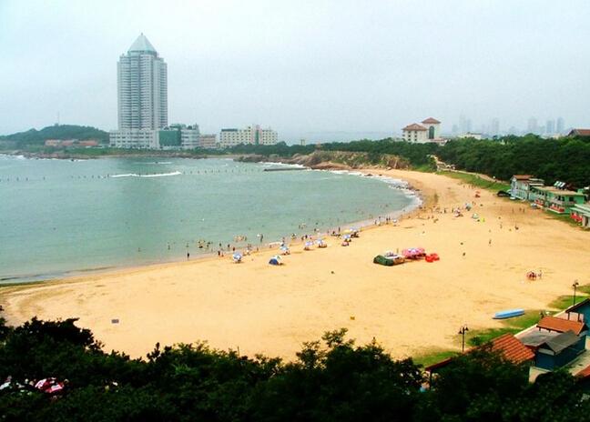 金沙滩有青岛最美的海滩和波涛,金沙滩东侧临山敞开的喇叭型,让从黄海